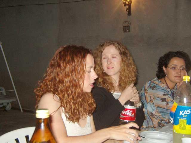 Silvia y Pili con los ojos cerrados
