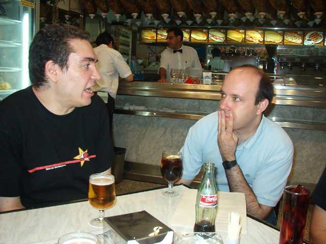 Oscar charlando con Ricardo