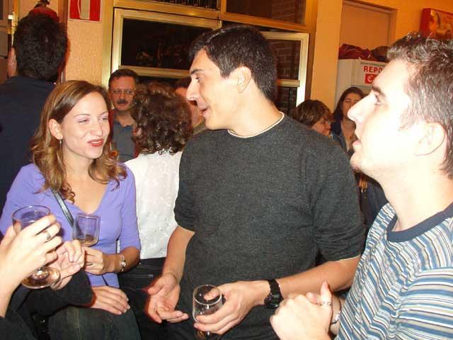 Javi y Bea hablando y Quique viendo la tele