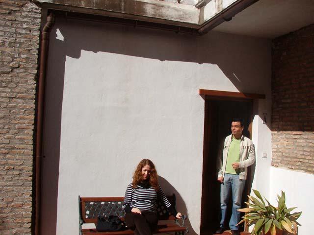 En el patio de los apartamentos