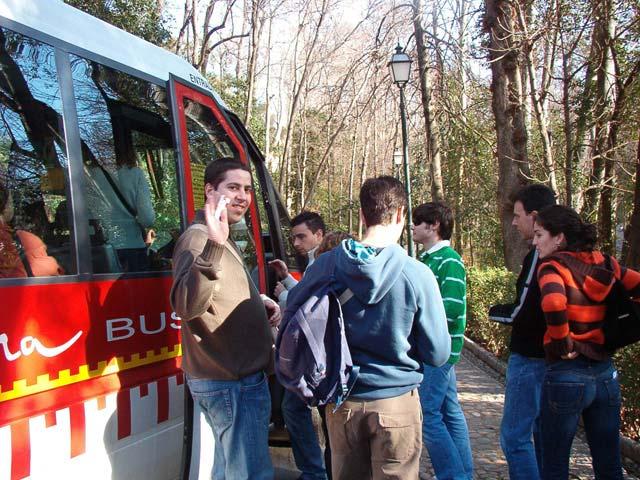 Subiendo al bus de la Alhambra