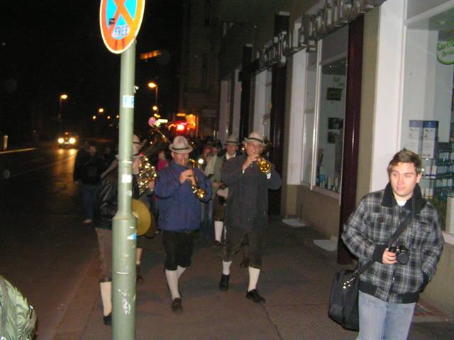 Camino al restaurante con orquesta
