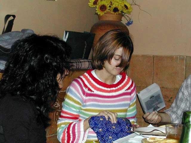 María guardando los regalos