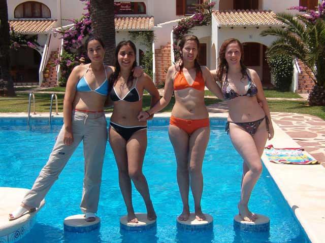 Chicas atrevidas jugando en una piscina DOGGUIE